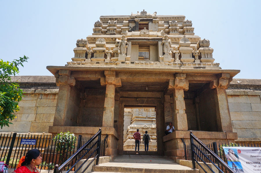 Lepakshi-temple-entrance
